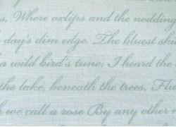 Patchworkstoff Text Schrift Rose & Violets Garden
